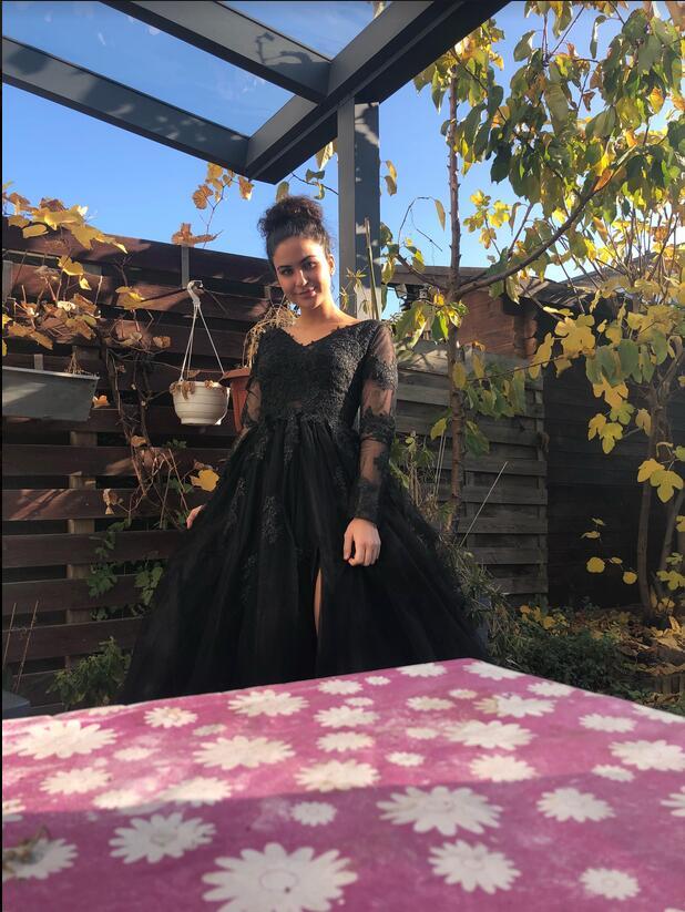 Das schwarze Abendkleid trägt die Kunden